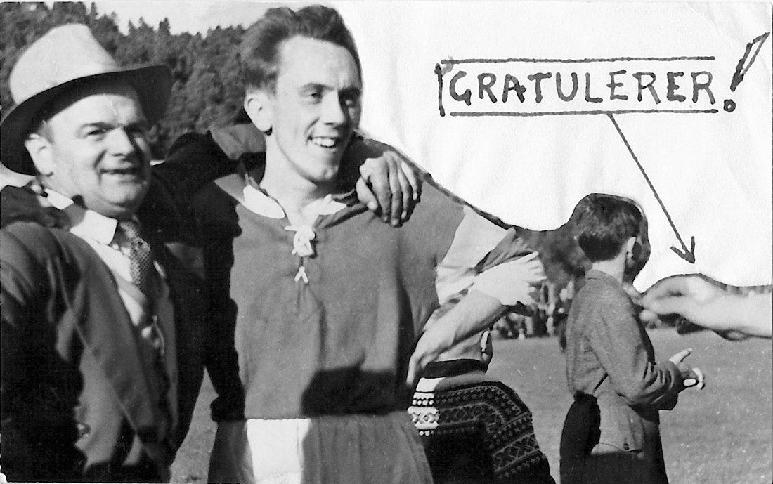 Oppmann Bernhard Hestad strålte som en sol da laget hans hadde spilt seg opp i hoveserien, her sammen med Kåre Elvsaas