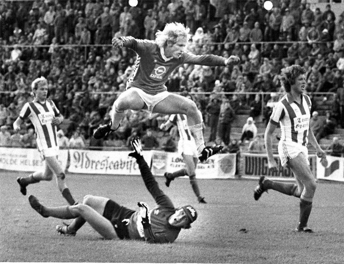 Målfarlig Rune Ulvestad flyr høyt. Foto: Atle Brunvoll